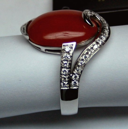 MADE IN ITALY VALENZA 18K WHITE GOLD RING WITH CORAL STONE & DIAMOND ACCENTS LUCA PREZIOSI