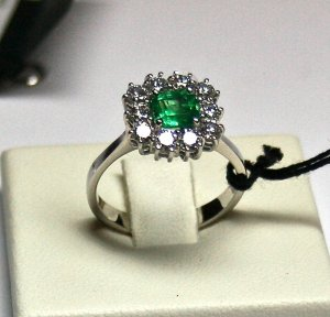 MADE IN ITALY VALENZA 18K WHITE GOLD RING WITH CENTRAL kt. 0.80 EMERALD & kt. 0.78 DIAMONDS, NEW
