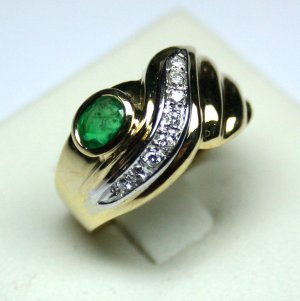 MADE IN ITALY VALENZA 18K YELLOW GOLD RING, WITH 0.76 KT EMERALD AND 0.10 KT DIAMONDS