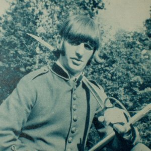 RINGO STARR dressed as a soldier or revolutionary? - mag clipping Japan 1968 [PM-100]