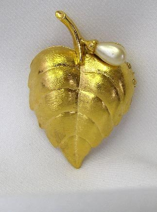 Pretty Avon Pearl Leaf Perfume Glace Compact Locket Pin