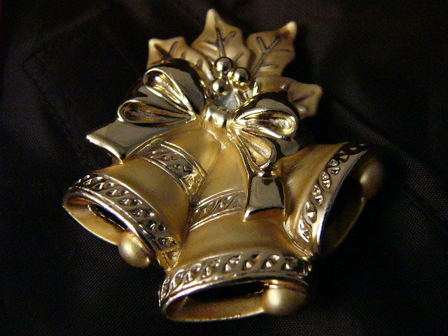 Bell are rInging Goldtone Christmas bell Bow Holly Pin VTG