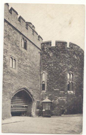 BLACK & WHITE   TOWER OF LONDON, BLOODY TOWER, VINTAGE POSTCARD    #207