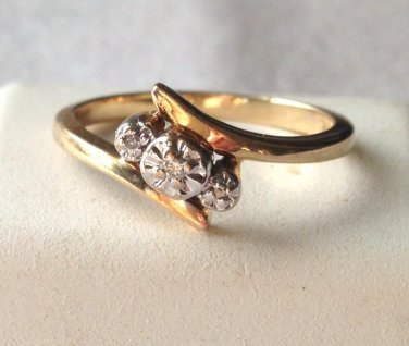 10K solid gold diamond ring w/ 3 stones   size 5.5  used