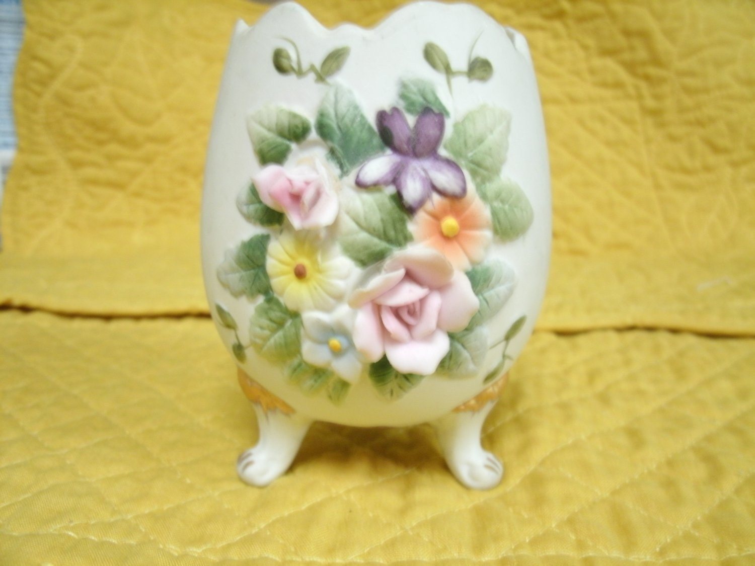 Lefton China Trinket Egg Vase KW5442 3 Legs Gold Accents 3 1/2 Inches Tall