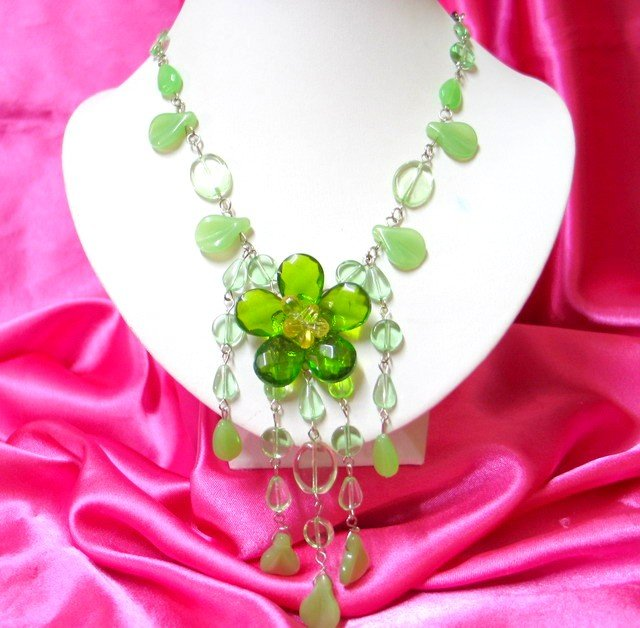 *FREE SHIPPING*NB428 GREEN GLASS & BEADS FLORAL DANGLE JEWELRY LONG NECKLACE 24 in.