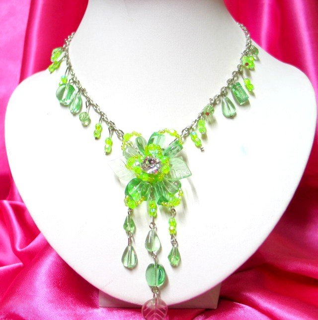 *FREE SHIPPING*NB267 GREEN FLOWER GLASS & BEADS DANGLE NECKLACE 18in.