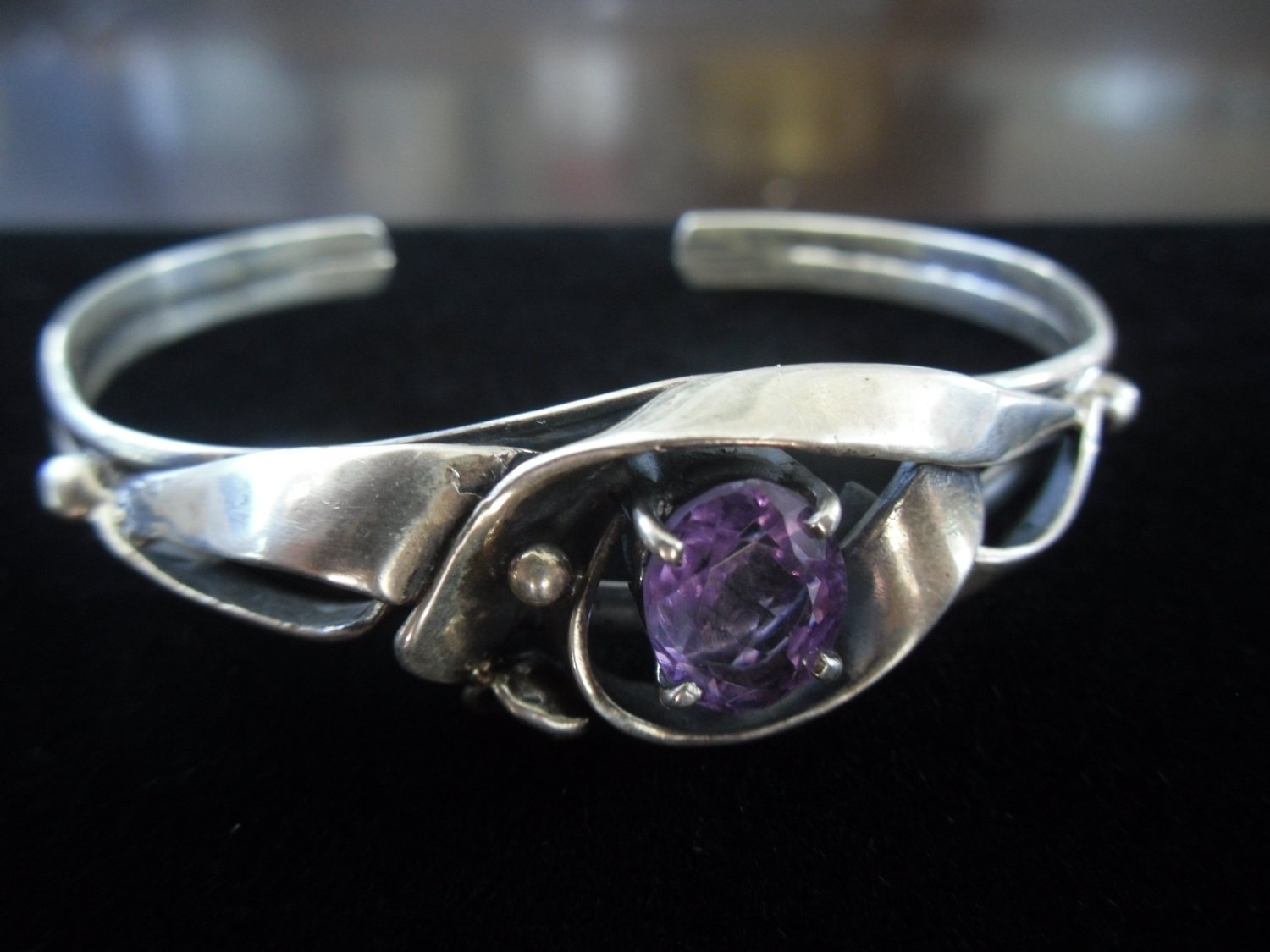 Vintage Silver Ribbon Design with Oval-Cut Amethyst Cuff