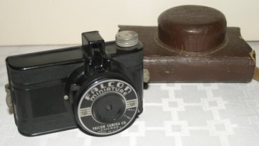 VINTAGE UTILITY MFG. FALCON MINIATURE BAKELITE CAMERA - 50mm GRAF LENS & CASE