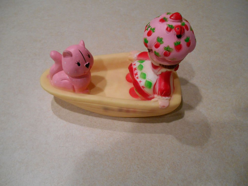 strawberry shortcake and custard on a boat 1983 figure