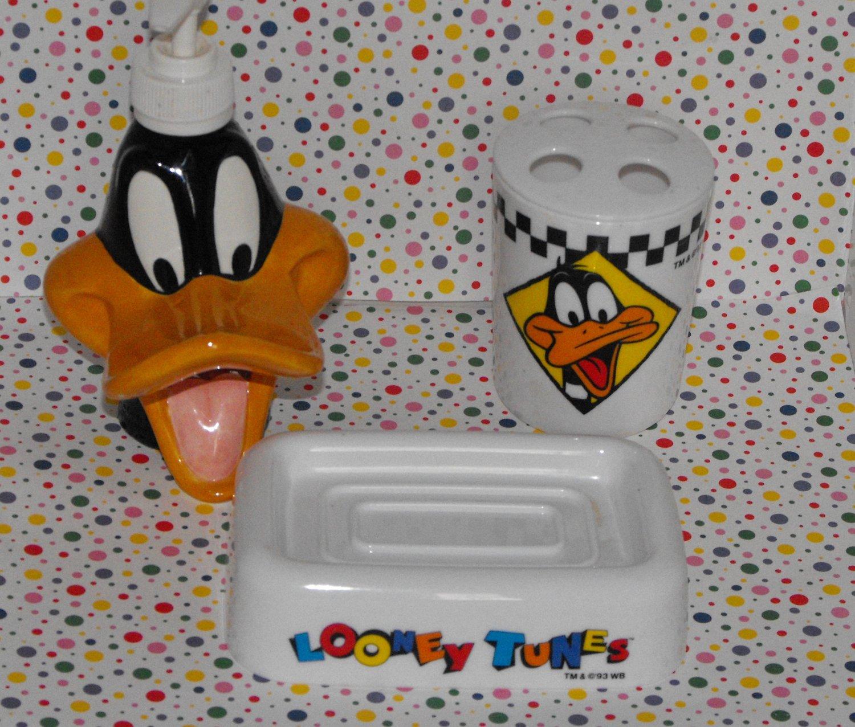 Warner bros looney tunes daffy duck bathroom decor lot for Bathroom duck decor