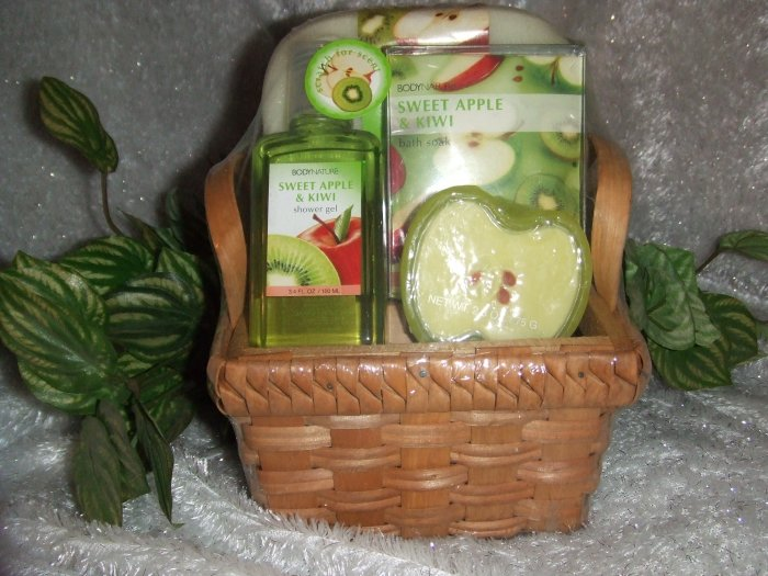 Sweet Apple and Kiwi Small Bath Gift Basket