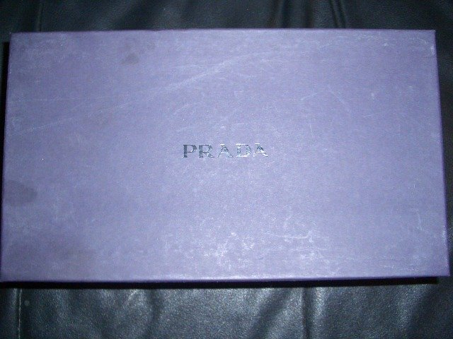 AuThenTic PraDa ShOeS B/N in Box