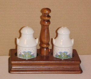 Las Vegas Porcelain Salt Pepper Shakers & Wooden Stand