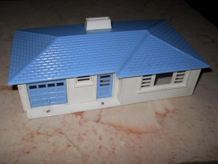 Plasticville - Ranch House - White With Blue Roof