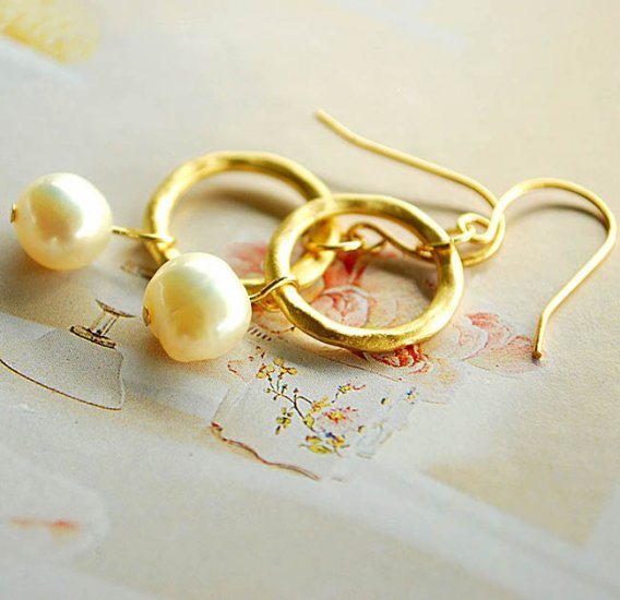 Gold plated ring with white Mother Of Pearl
