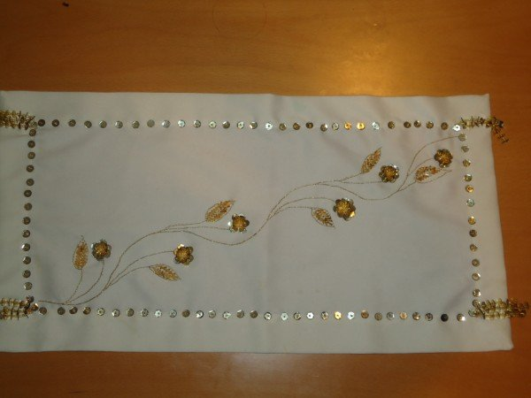 BEATIFUL HANDMADE TABLE RUNNER