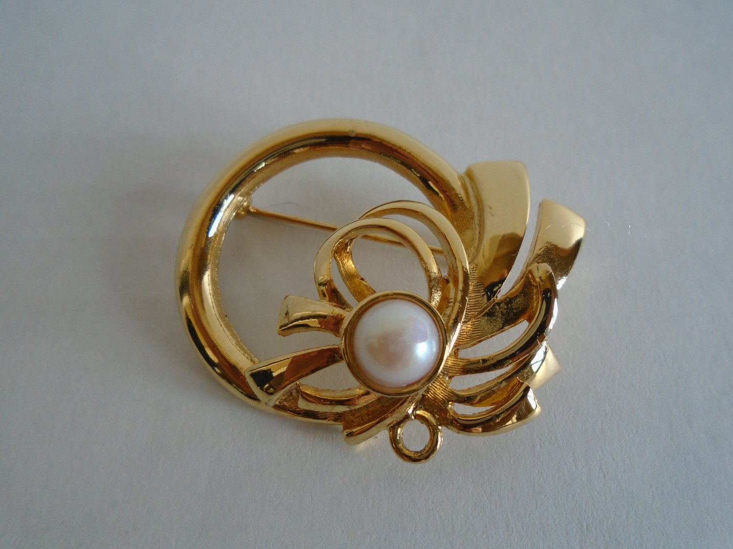 Beautiful Vintage Pearl Gold Tone Pin / Brooch.