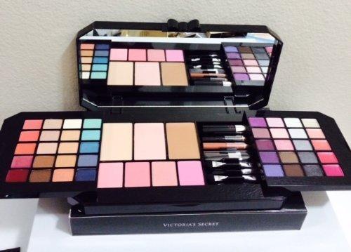 VS ULTIMATE BOMBSHELL Essential Makeup Kit must-have looks