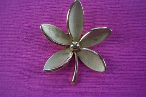 Crown TRIFARI 5 Petal Brushed Gold Pin