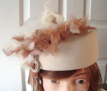 Vintage Beige Doeskin Felt/Feathers Women Hat S 21½ inches 50s NOS