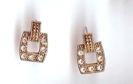 Fashion jewelry: pierced earrings - goldtone - crystals