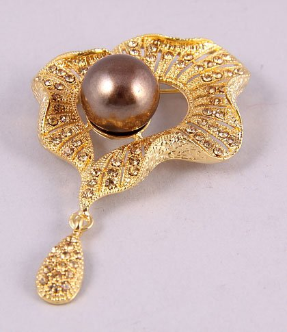 Gold brooch with brown pearl