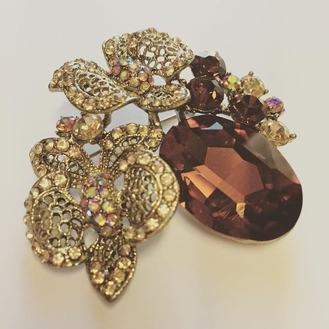 Gold fashion pin with crystals