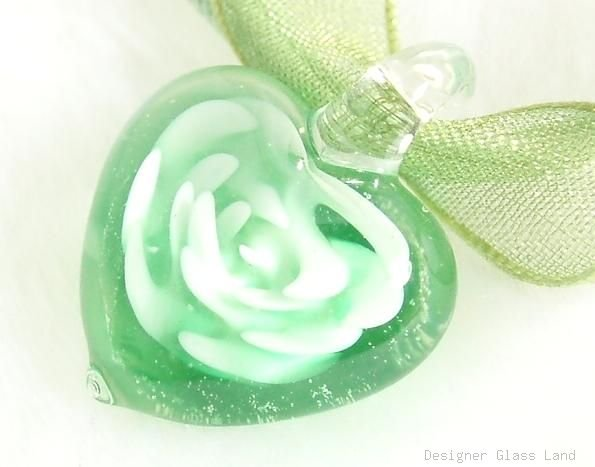 P183 MURANO GLASS GREEN FLOWER HEART PENDANT NECKLACE