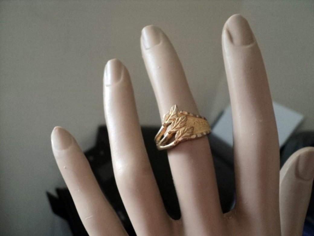 Gold Tone Band Feather Decoration Ring #00188