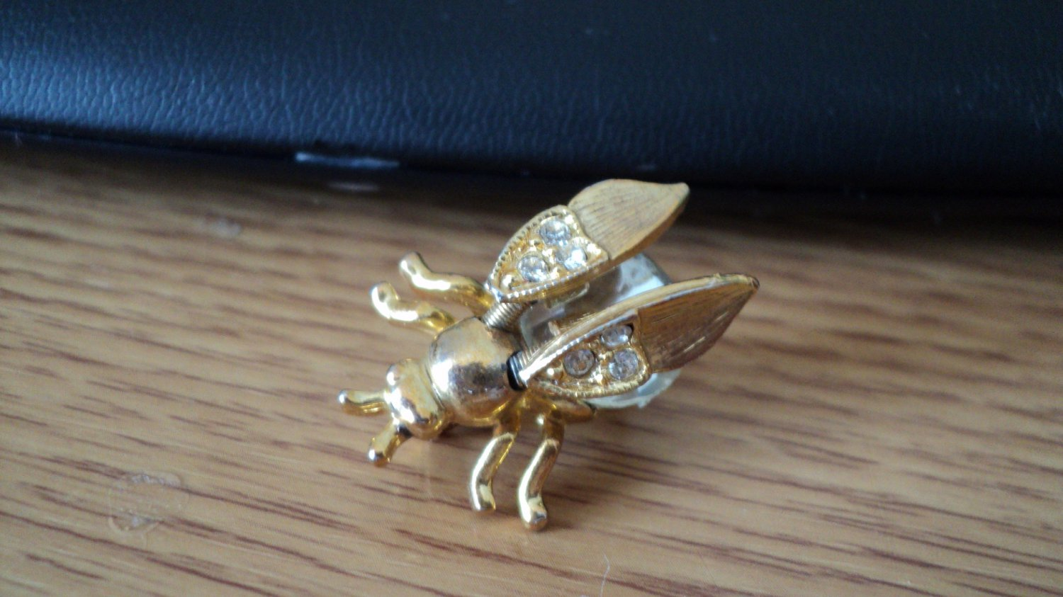 """Beautiful Little 1"""" Crystal Rhinestone Bumble Bee Gold Brooch Pin Moveable Wings  #00006"""