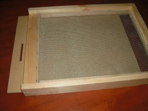 screened bottom board with closing sheet