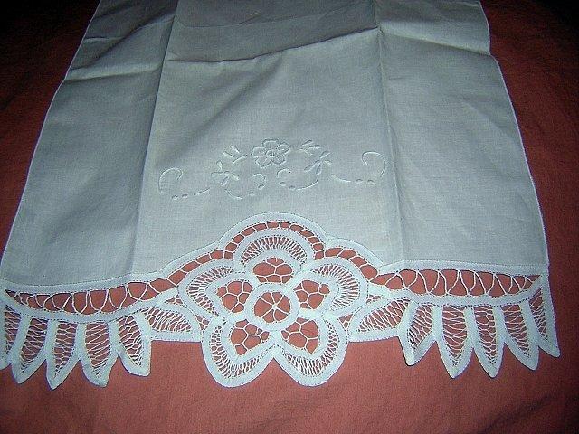Pristine white guest hand towel lavish Battenburg lace trim vintage linens hc1087