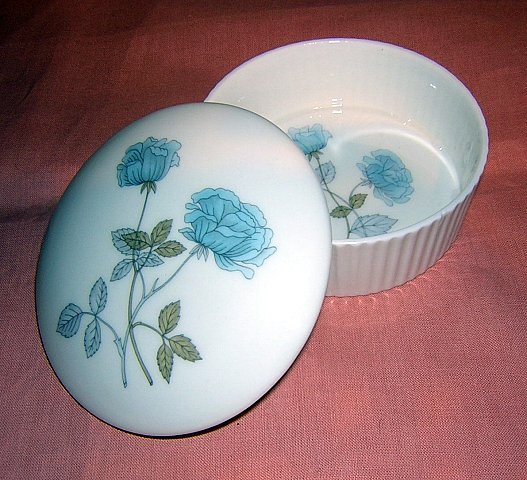 Wedgwood England bone china fluted lidded dish Ice Rose hc1121