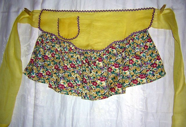 Yellow organdy and chintz print hostess apron rick-rack trim hc1615