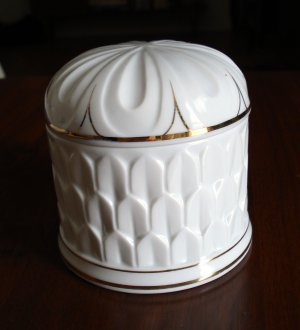 Elizabeth Arden china powder or trinket lidded box Royal Pavillion at Brighton made in Japan hc1741