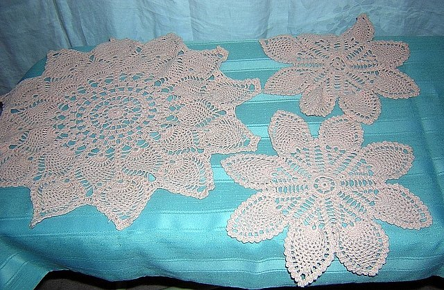 3 Piece pineapple crochet doily set for buffet or vanity hc1783