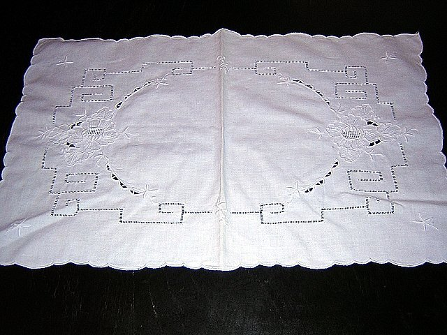 Madeira embroidery threadwork table dresser mat vintage hc1807