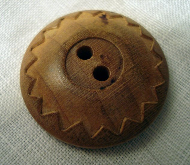 3 Carved wooden buttons 2 hole saw-toothed frame hc2297