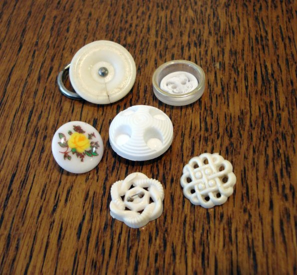 6 Plastic buttons mixed collectors lot sewing crafts vintage hc2453