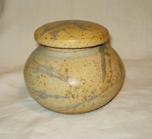 Hand thrown pottery squat pot with lid tea caddy potpouri tobacco spices signed  hc2735
