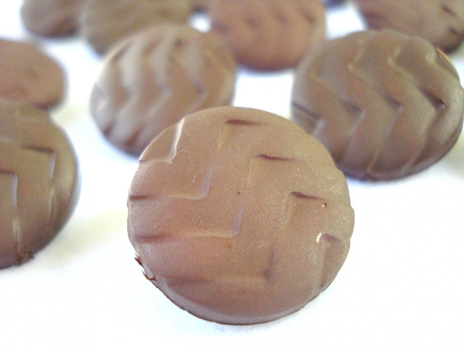 Lot of 16 molded plastic buttons brown chevron vintage hc2975