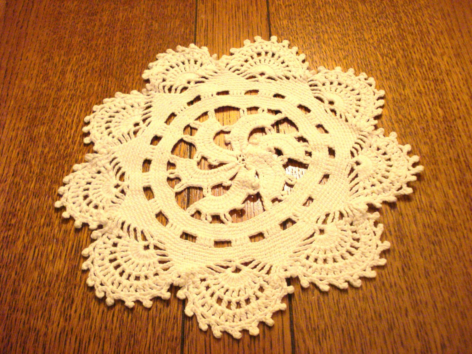 4 Matching crocheted doilies white swirl motif 2 sizes vintage hc2997