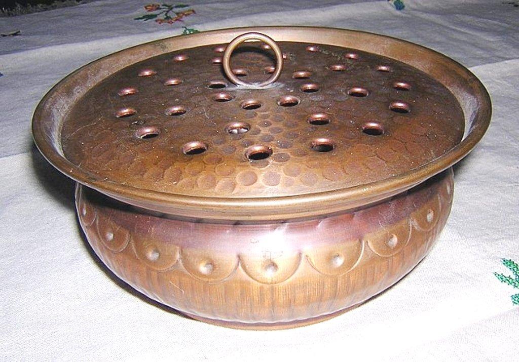Arts & Crafts hammered copper bowl frog style lid hc1145