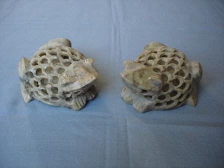 Article Piece T053-PAIR OF CARVED TOADS (5X2)