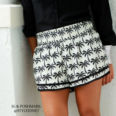 Black and white Boho Hawaiian shorts (M)