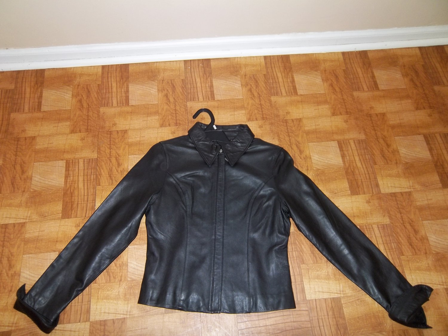 NEW WOMEN'S TRENDY BLACK GENUINE LEATHER FORM FITTING WAIST LENGTH JACKET (SIZE MEDIUM)