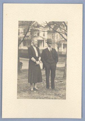 Vintage Photo 1930s/1940s COUPLE pose Outside