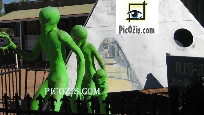 "VAB004201109 - UFO Centre Australia - 15x20cm (6x8"")"