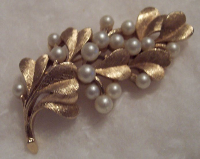 Vintage Costume Jewelry Crown Trifari Goldtone Pin Faux Pearls Brooch 101-2369